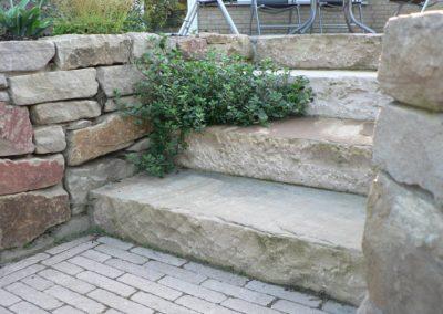 Natursteintreppe mit Bepflanzung